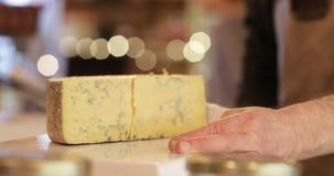 Męskie sprzedaże pomocnicze w garmażeryjnym rozcięcie plasterku ser zbiory wideo