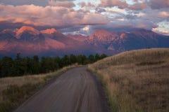 Mächtige purpurrote Berge Stockfoto