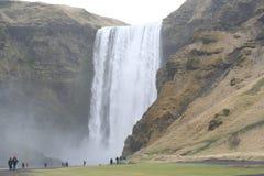 Mächtiger hoher Wasserfall in der Insel lizenzfreie stockbilder