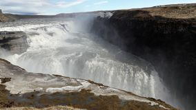 Mächtiger hoher Wasserfall in der Insel Stockbild