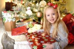Mädchenöffnungsgeschenke lizenzfreie stockbilder