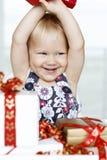 Mädchenöffnungsgeschenke Stockbild