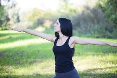 Mädchenübung in der Natur Lizenzfreies Stockbild