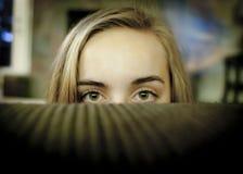 Mädchen ängstlich von den Fremden Stockbild