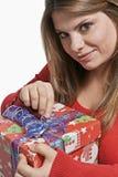 Mädchen öffnen das Geschenk Stockbild