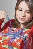 Mädchen öffnen das Geschenk Stockbilder