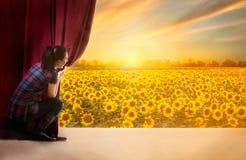 Mädchen öffnet den Vorhang und den Eingang in der magischen Welt von natu stockfotos