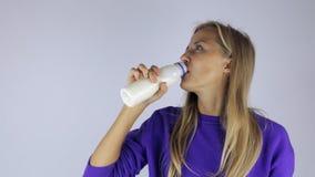 Mädchen öffnet eine Flasche Jogurt stock video footage