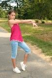 Mädchen-übender Tanz bewegt sich in einen Park stockbild