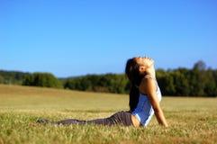 Mädchen-übendes Yoga auf dem Gebiet Lizenzfreies Stockfoto