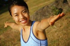 Mädchen-übendes Yoga auf dem Gebiet Stockbilder