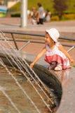 Mädchen über Brunnen Stockbild