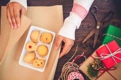 Mädchen übergibt die Verpackung des Geschenks für Weihnachtsgeschenke und neues Jahr Lizenzfreies Stockbild