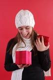 Mädchen überraschtes öffnendes Geschenk Lizenzfreie Stockfotos