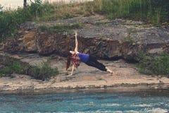 Mädchen übt Yoga in den Bergen Stockfotografie
