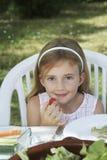 Mädchen am Abendtische im Garten Lizenzfreies Stockfoto