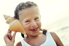 Mädchen-Adoleszenz-Kinderhörendes Spaß-nettes Strand-Konzept Lizenzfreies Stockfoto