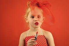 Mädchen ahmt ihre Mutter nach Retro- Mädchenmode mit Kosmetik, Schönheit Retro- Mädchen mit den roten Lippen Lizenzfreies Stockbild
