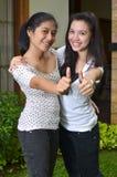 Mädchen-Aktivität: Aufstellung des Daumens Stockfotos