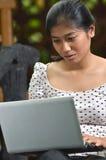 Mädchen-Aktivität: Unter Verwendung des Laptops Stockfotos