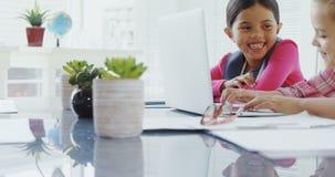 Mädchen als Exekutive, die an einem Laptop im Büro 4K 4k arbeitet stock footage