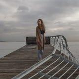 Mädchen am alten Ruinenliegeplatz in Meer Stockfotos