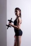 Mädchen-anhebende Gewichte Lizenzfreies Stockbild