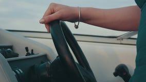 Mädchen-Antriebsmotorboot Hände auf Lenkrad Kamera: Nikon F-301, AIS 28/2 unterhaltung stock video