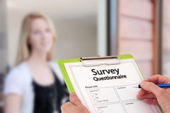 Mädchen-antwortende Marktforschung-Übersichts-Fragen stockfotos