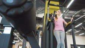 Mädchen arbeitet ABS an der Turnhalle aus stock footage