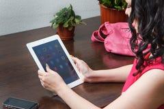 Mädchen arbeitet an der Tablette Stockfotografie