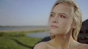 Mädchen atmet Frischluft stock video