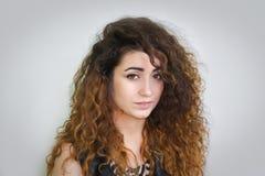 Mädchen attraktiv auf weißem Hintergrund Lizenzfreie Stockfotos