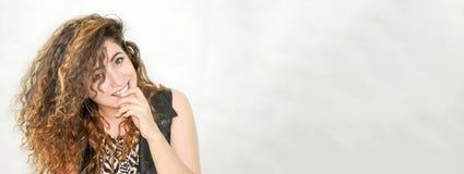 Mädchen attraktiv auf weißem Hintergrund Flirt und einen Finger am Mund halten Stockfoto