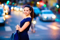 Mädchen auf Abendstadthintergrund Stockfoto