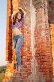 Mädchen auf alten Ruinen Stockbilder