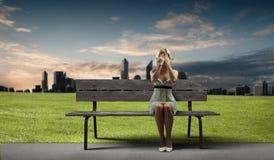 Mädchen auf Bank Stockfotografie