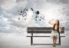Mädchen auf Bank Lizenzfreie Stockbilder