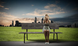 Mädchen auf Bank Stockfotos