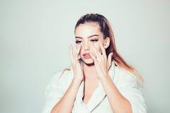 Mädchen auf beschäftigtem Gesicht im Bademantelbedeckungsgesicht mit Sahne, grauer Hintergrund Frau mit gesunder Haut Dame intere lizenzfreies stockbild