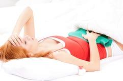 Mädchen auf Bett Lizenzfreie Stockfotos