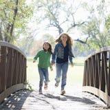 Mädchen auf Brücke stockfotos