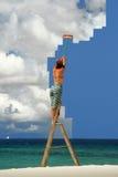Mädchen auf dem ausgedehnten Himmel der Strichleiter sauber lizenzfreie stockbilder