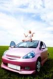 Mädchen auf dem Auto Stockfoto
