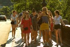 Mädchen auf dem Bürgersteig stockbild