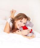 Mädchen auf dem Bett Lizenzfreies Stockfoto