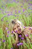 Mädchen auf dem Blumengebiet Stockfoto