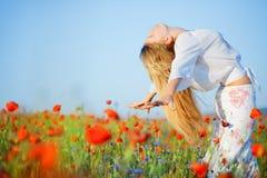 Mädchen auf dem Blumengebiet Lizenzfreies Stockbild