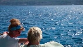 Mädchen auf dem Bootssommer, Boot löst aus stock footage