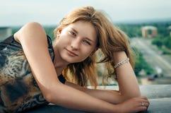 Mädchen auf dem Dach Lizenzfreies Stockfoto